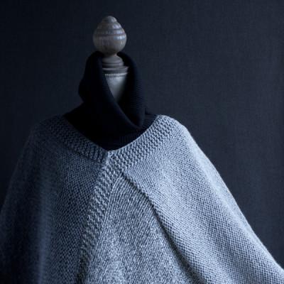 Poncho de tres colores tricotado con lana Rubí